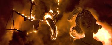 Valencia. Falla ardiendo en la Nit del foc