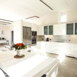 010403-spain-balearic-islands-formentera-luxury-villa-salon-livingroom-kitchen-cocina